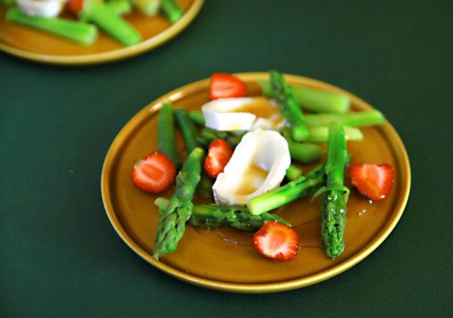 Cudowna sałatka z truskawkami, szparagami i kozim serem.